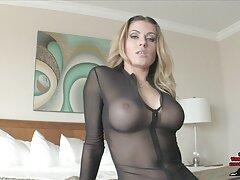 Hermosa chica ver porno latino se está cambiando.